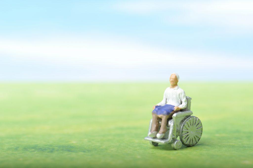 車椅子に乗る老人のイメージ